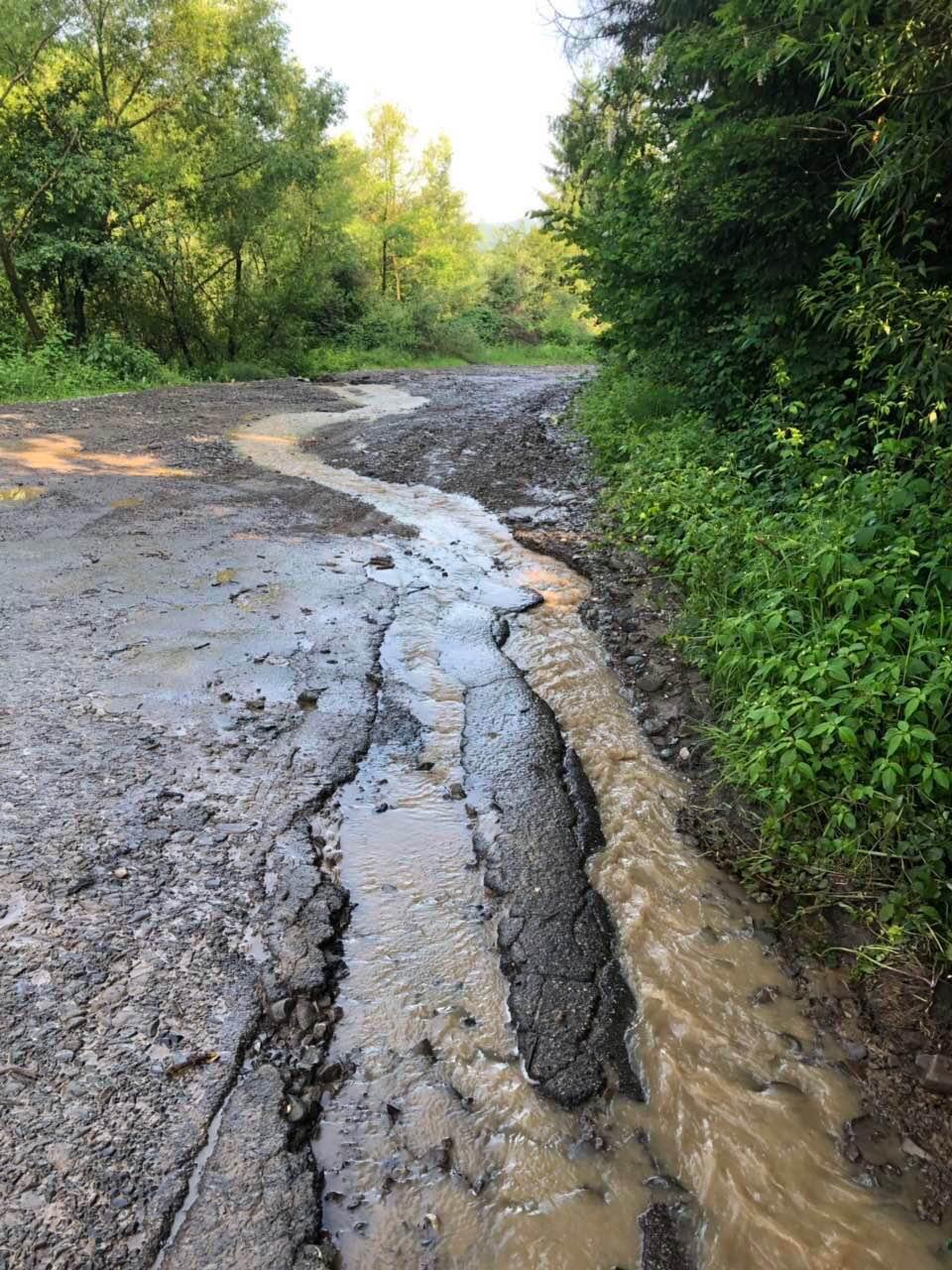 На Рахівщині зливові дощі підмили дорогу обласного значення й підтопили два десятки дворогосподарств (ФОТО)