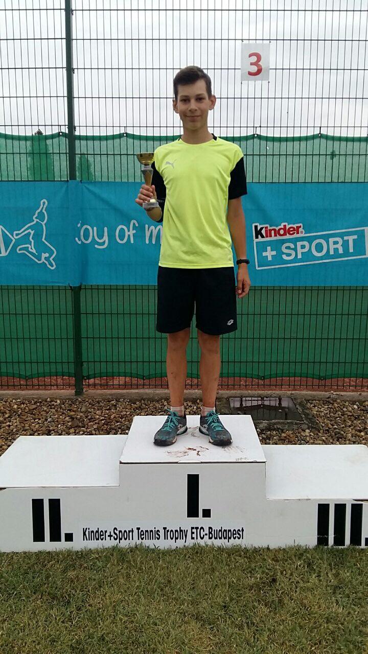 Юний тенісист із Тячева здобув переконливу перемогу на турнірі в Угорщині