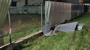 На Рахівщині водій вантажного автомобіля врізався у паркан, пасажира з травмами доправили до лікарні