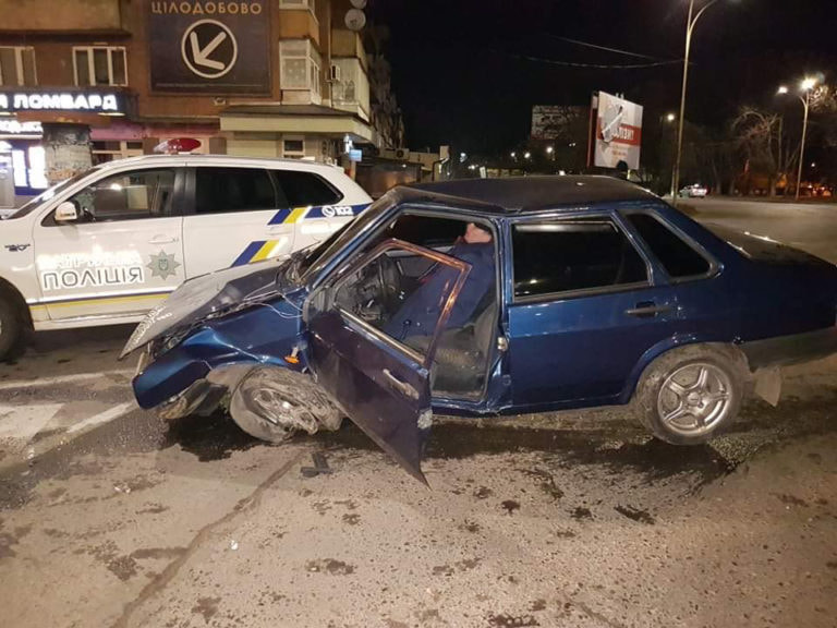 """В Ужгороді """"п'яний"""" ВАЗ врізався в бетонний бордюр транспортного кола (ФОТО)"""