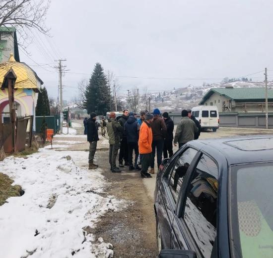 Через катастрофічний стан доріг на Рахівщині люди заблокували дорогу у центрі Лазещини (ФОТО)