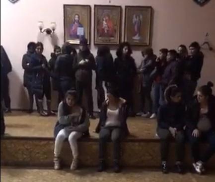 На залізничному вокзалі у Києві затримали групу циган-крадіїв з Закарпаття (ВІДЕО)