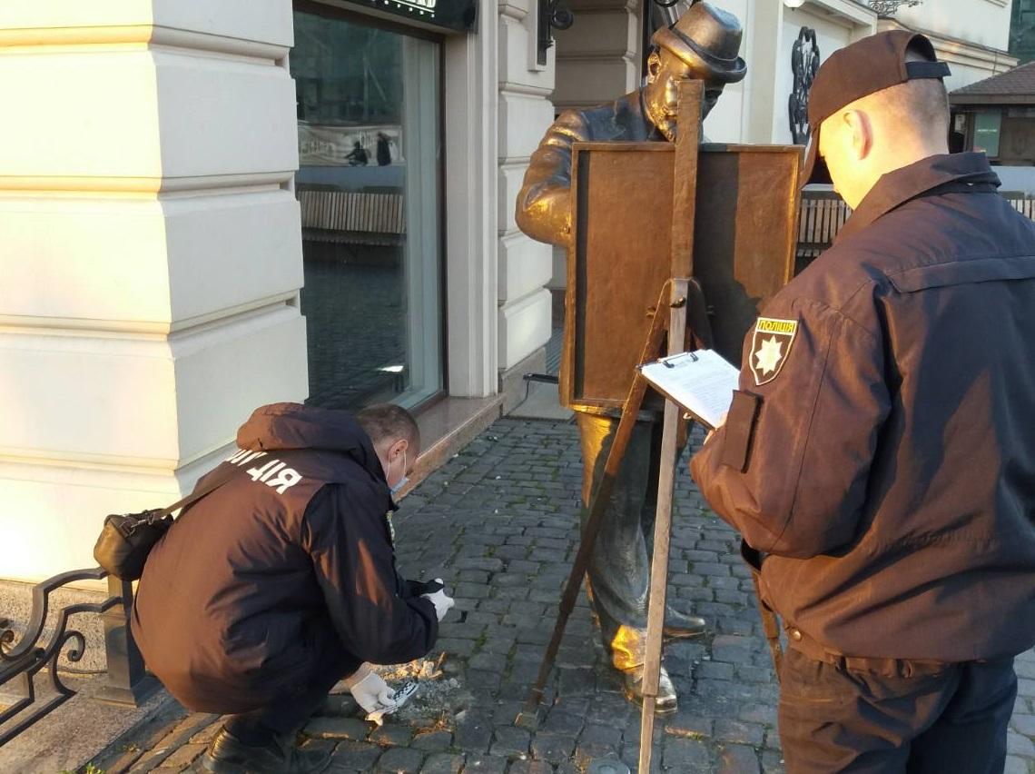 ФОТОФАКТ. В Ужгороді вкрали бронзовий портфель у пам'ятника Рошковичу