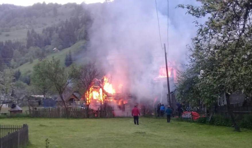 ФОТОФАКТ. У Богдані на Рахівщині на одному обійсті горіли два будинки