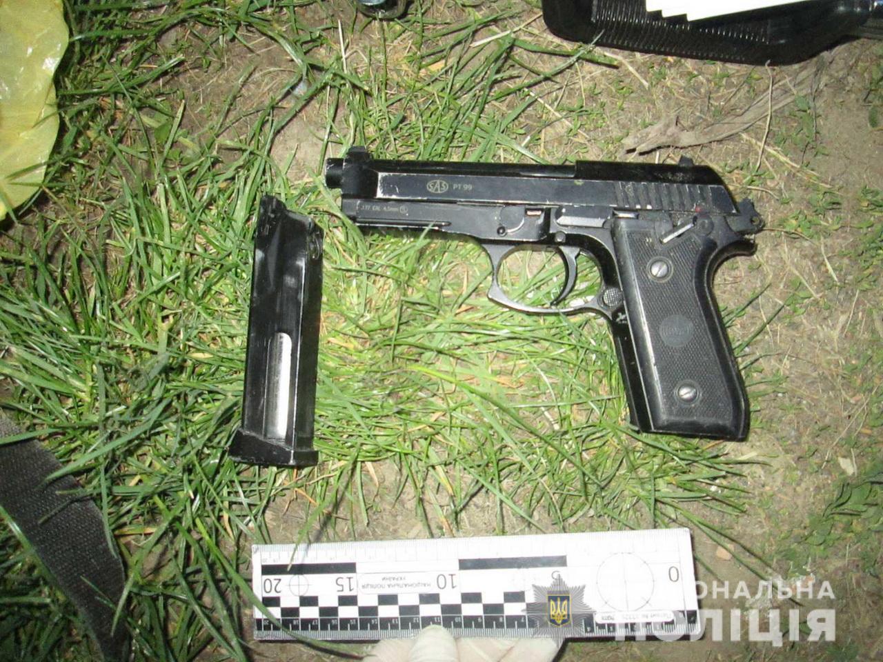 У Мукачеві 17-річний юнак, напавши з пістолетом на чоловіка, вимагав ключі від автомобіля та мотокосу (ФОТО)