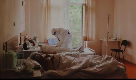 Хворі з COVID-19 на Закарпатті розповіли, як лікуються по кілька тижнів. Лікарі – як пацієнти помирають важко і при свідомості (ВІДЕО)