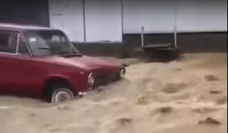 Сильна злива перетворила вулиці Середнього Водяного на Рахівщині на річки (ВІДЕО) @ Закарпаття онлайн