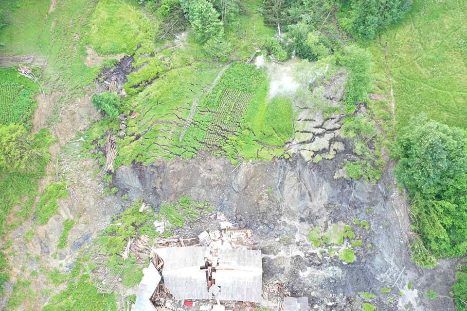 ВІДЕОФАКТ. Наслідки зсуву гори на Рахівщині, який зруйнував хату, показали з квадрокоптера