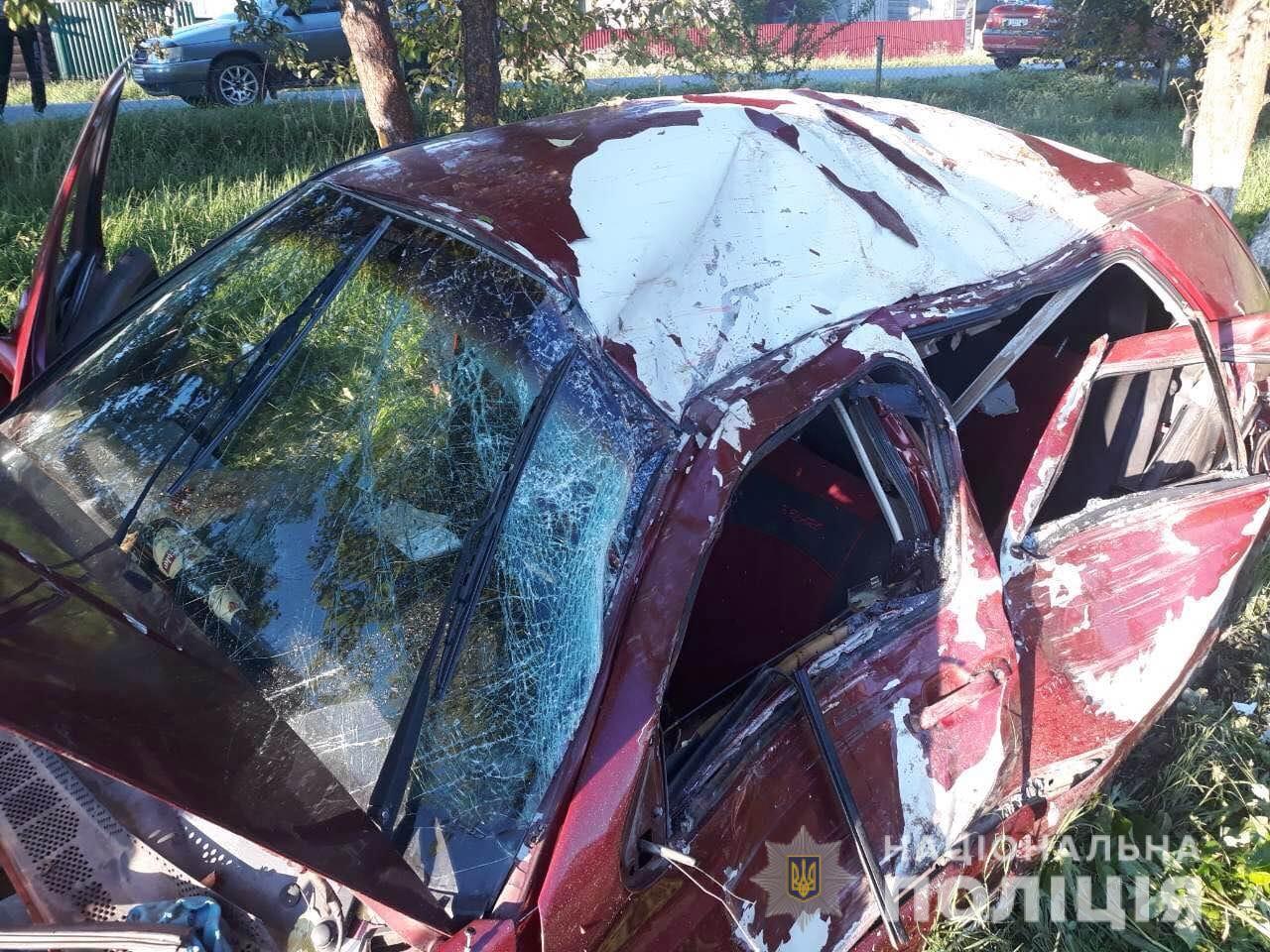 У Лазещині  на Рахівщині Volkswagen вилетів у кювет, де зіткнувся з деревом. Загинули двоє людей (ФОТО)