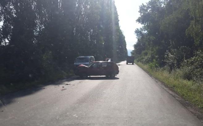 ФОТОФАКТ. На Виноградівщині зіткнулися легковик та мікроавтобус (ФОТО)
