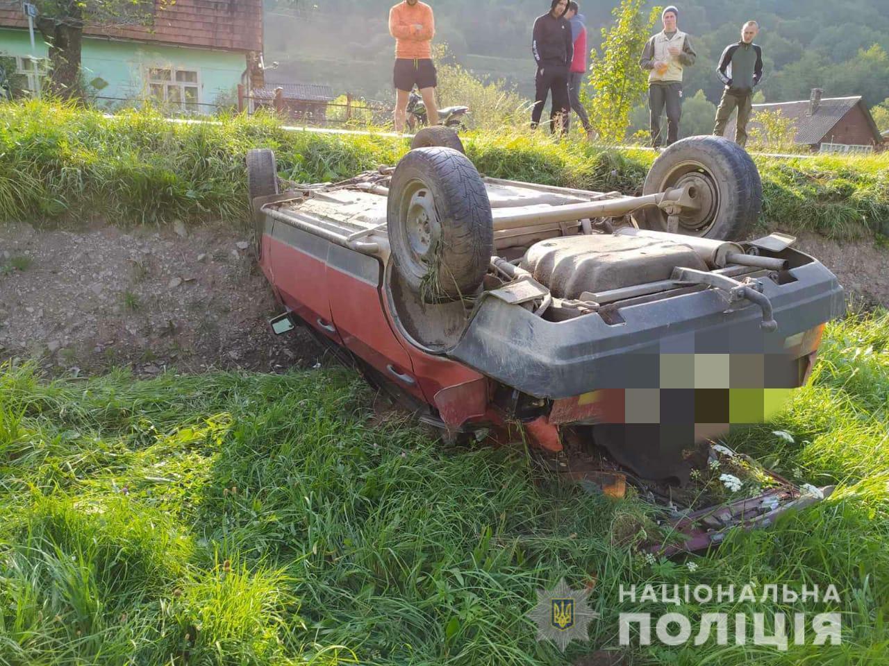 На Рахівщині двоє підлітків вкрали авто і перекинулися на ньому (ФОТО)