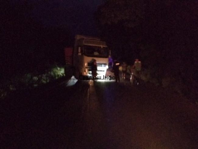 На Виноградівщині Opel Combo врізався у вантажівку дорожньої служби (ФОТО, ВІДЕО)