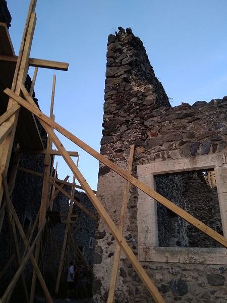 ФОТОФАКТ. На Закарпатті укріплюють мури та реконструюють вежі Невицького замку
