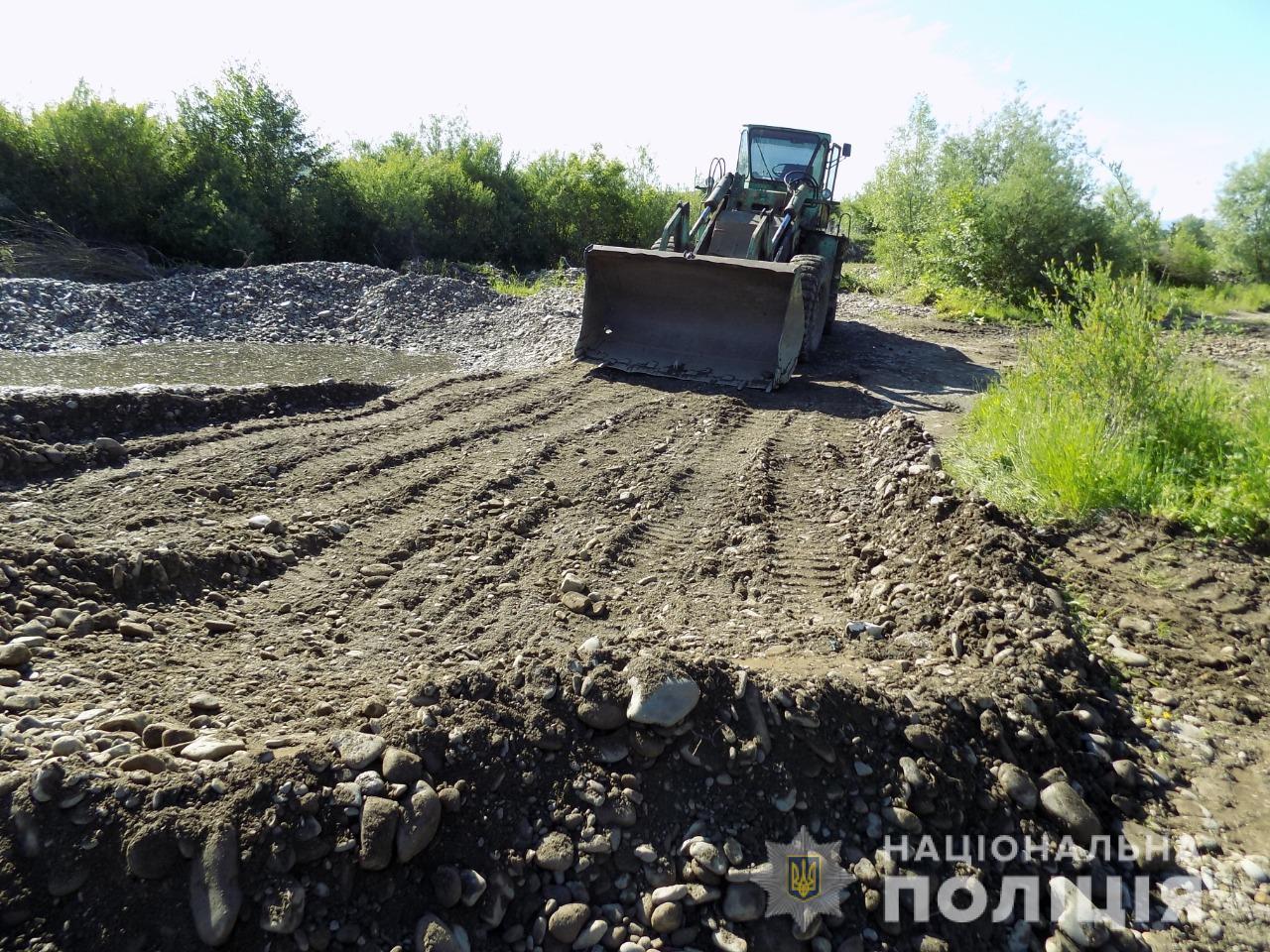 На Хустщині припинили незаконний видобуток піщано-гравійної суміші з річки (ФОТО)