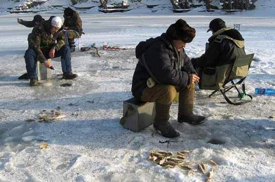 Прикарпатські рятувальники пильнують дітей та легковажних рибалок, які приходять до зимових водойм
