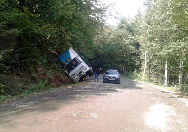 На закарпатті вантажівка лягла на