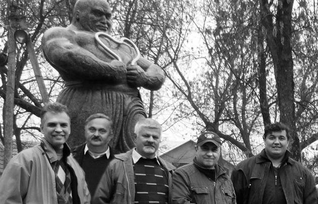Знімальна група та Олександр Гаврош біля пам'ятнику Кротону