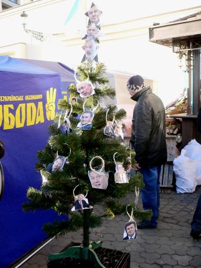 """У Азарова решили нарядить елку. Под Кабмин стянули 10 автобусов с """"Беркутом"""" - Цензор.НЕТ 6835"""