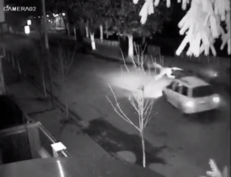 В Іршаві з різницею в тиждень камера зовнішнього спостереження зафіксувала дві шокуючі ДТП за участі п'яних молодиків (ВІДЕО)