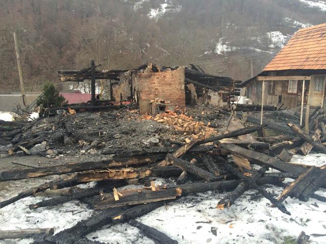 У пожежі в Нижньому Бистрому загинули двоє малолітніх дітей та їх 78-річний дідусь, будинок згорів дотла