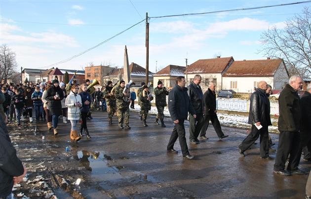 Односельчани проводжали в останню путь військовослужбовця із Мукачівщини Олександра Тербана, який загинув під Дебальцевим