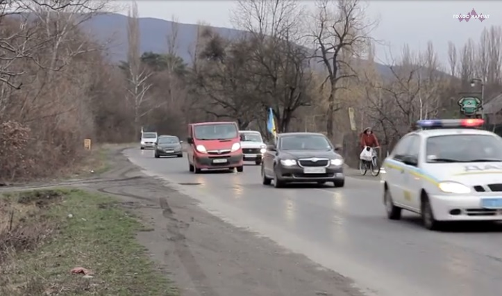 У Фанчикові на Виноградівщині полеглого Героя зустрічали колоною з 200 авто, стоячи на колінах і лампадками вздовж вулиць