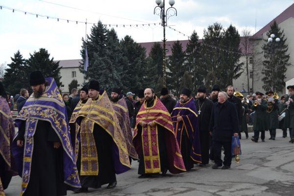 У Тячеві з усіма військовими почестями поховали Романа Козичка, який загинув, обороняючи країну на сході