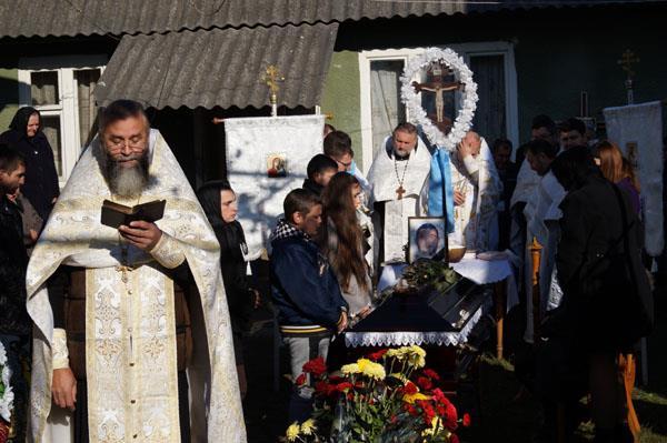 У Буштині на Тячівщині попрощались із загиблим добровольцем ПС Віталієм Берталоном