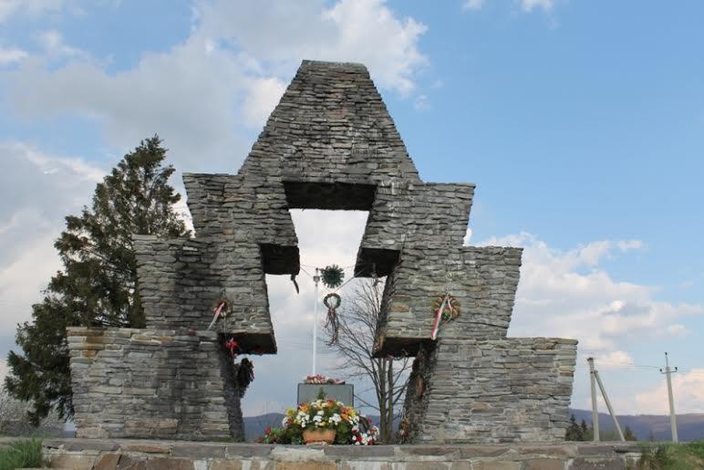 Угорський високопосадовець пообіцяв співфінансувати ремонт дороги до меморіалу на Верецькому перевалі (ФОТО)