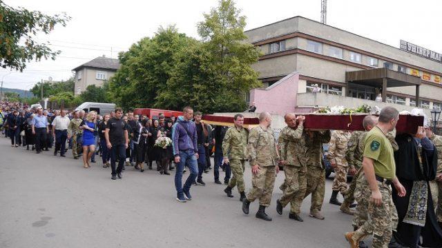 Провести в останню путь полеглого у війні на Донбасі Героя Івана Бабича прийшли сотні земляків (ФОТО)