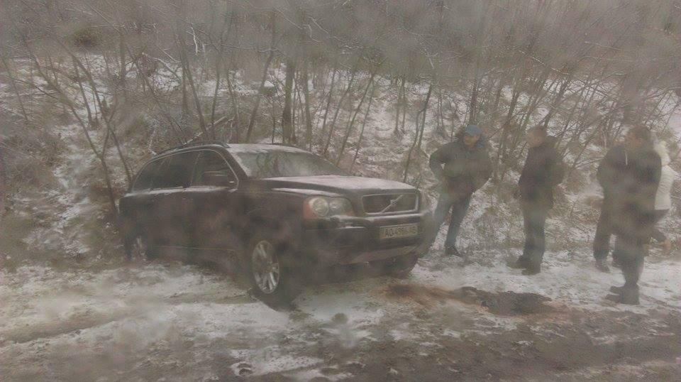 ДТП на Закарпатті : Volvo вилетів у кювет(фото)