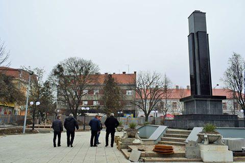 Оновлення площі Героїв у Берегові завершать до початку травня
