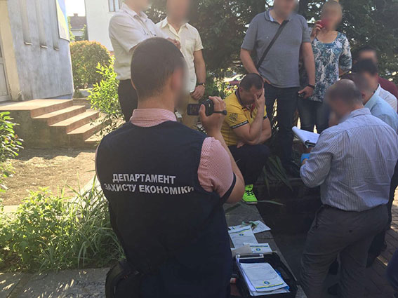 На Закарпатті  на хабарі затримали депутата та мера міста