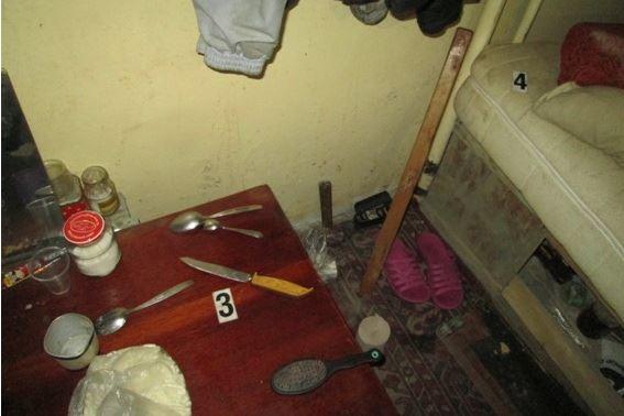 Бомжі напали з ножем на чоловіка та поранили його