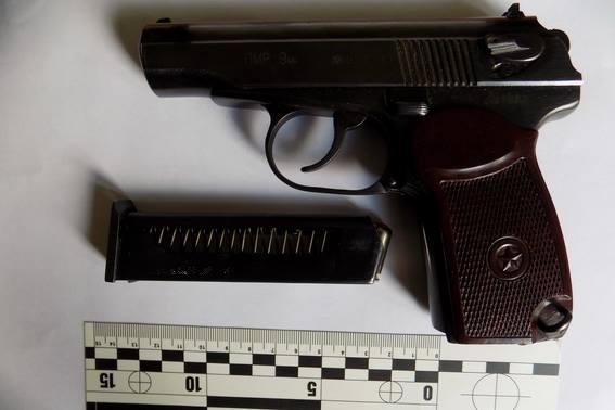 У кав'ярні нетверезий чоловік погрожував убивством односельцю і стріляв із пістолета
