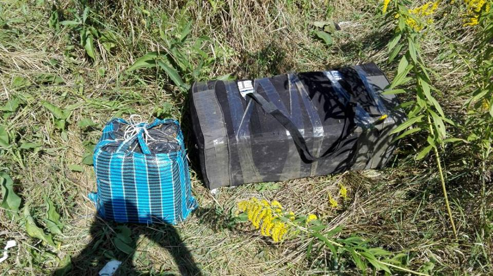 На Закарпатті у прикордонні ловили контрабандиста, що ніс у сумках 1,5 тисячі пачок сигарет