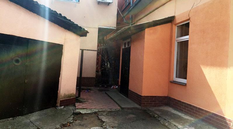 ЖАХ! У центрі Ужгорода чоловік загинув, настромившись на стрижні на воротах