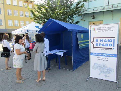У мобільному центрі в Ужгороді перехожих консультували з питань безоплатної правової допомоги