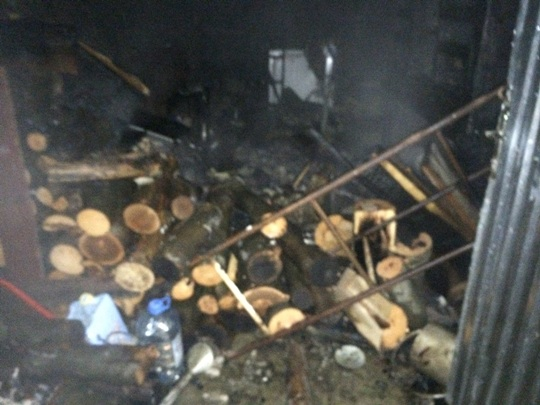 На Свалявщині пожежа, спричинена тліючою золою, знищила покрівлю і бетономішалку в господарчій споруді (ФОТО)