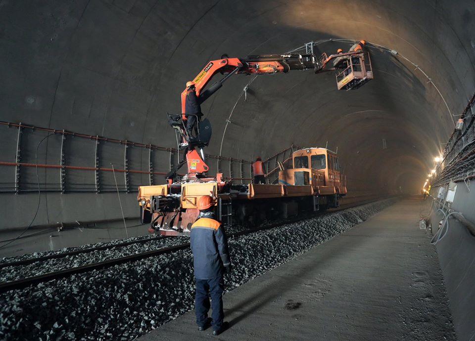 У Бескидському тунелі завершили укладати парну колію та укладають непарну (ФОТО)