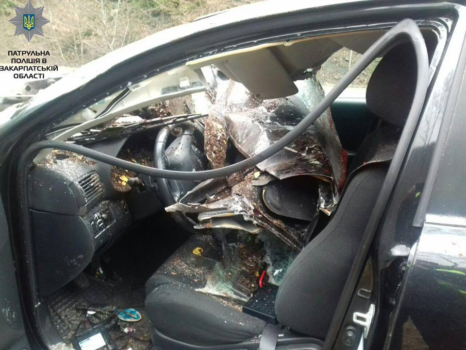 "Toyota Avensis в'їхав у знак ""Воловецький  район"" (ФОТО)"