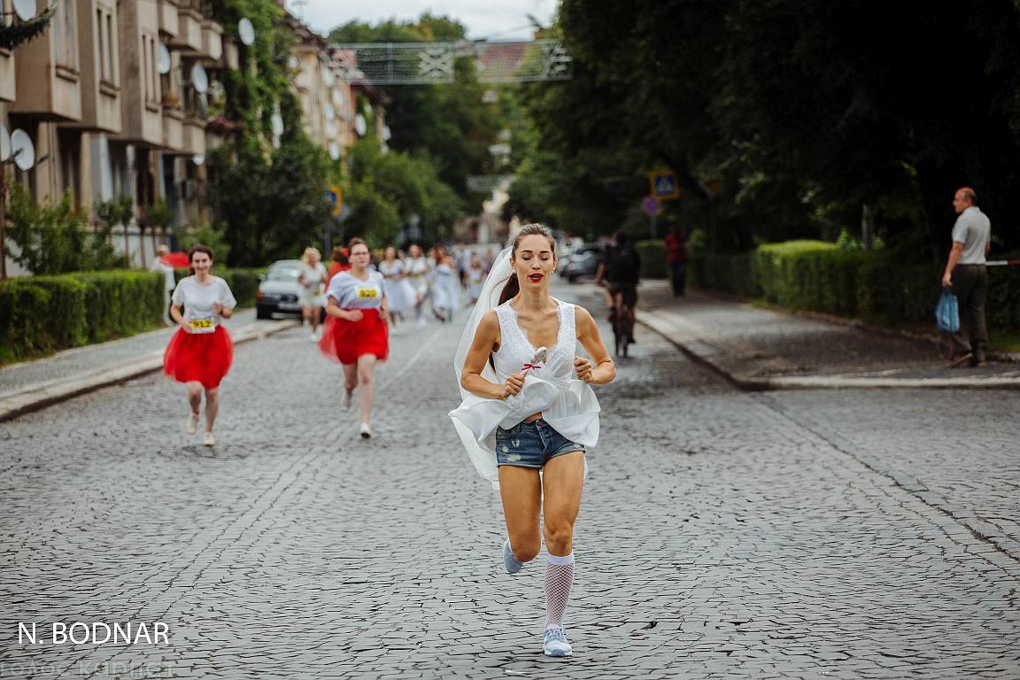 В Ужгороді відбувся забіг наречених у кросівках (ФОТО)