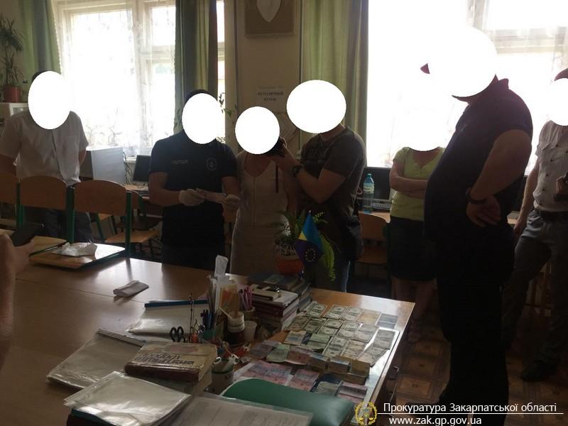 Голову комісії Міжгірського медичного коледжу затримали при отриманні хабара