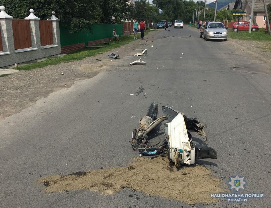 На Тячівщині водій Mersedes Benz здійснюючи обгін насмерть збив скутериста (ФОТО)