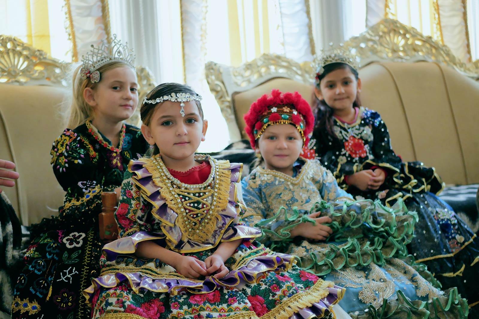 Мармур, айфони і позолота. Як живе найбагатше ромське село Закарпаття (фото,відео)