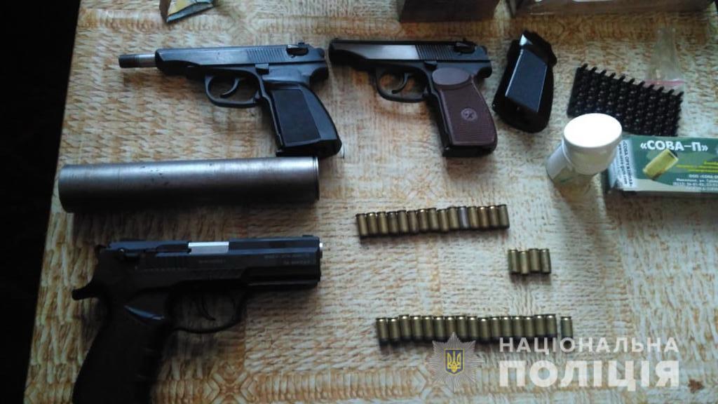 Під час обшуку вилучили три пістолети з ознаками перероблення на бойові та набої