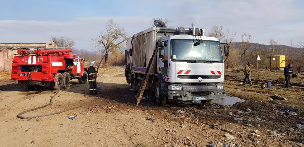 В Ужгороді на стоянці загорівся автомобіль (ФОТО) , фото-1