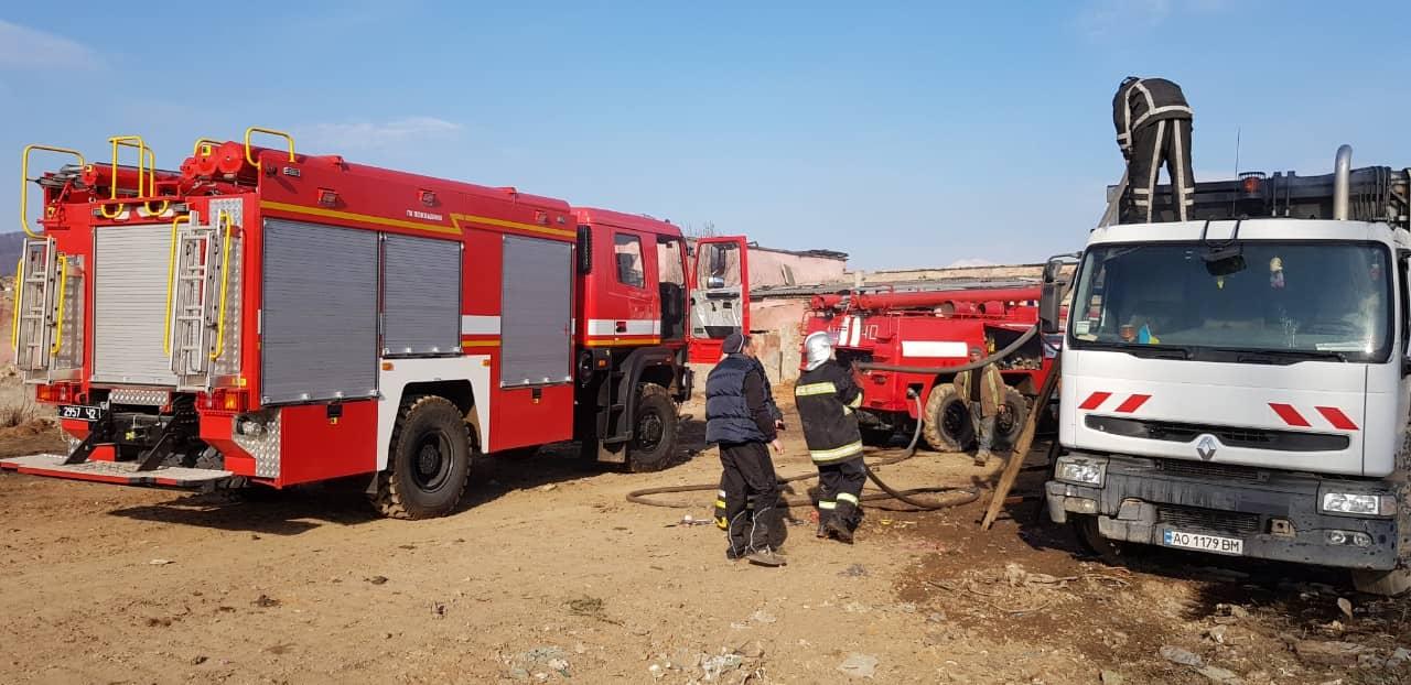 В Ужгороді на стоянці загорівся автомобіль (ФОТО) , фото-4