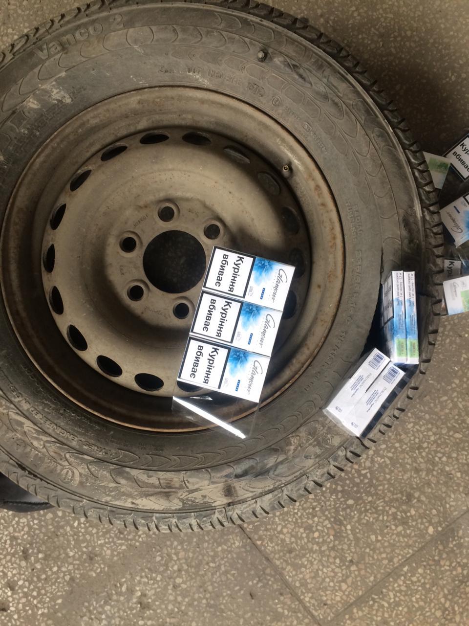 Закарпатські митники затримали на кордоні чоловіка, який перевозив  цигарки в запасному колесі (ФОТО)  , фото-2