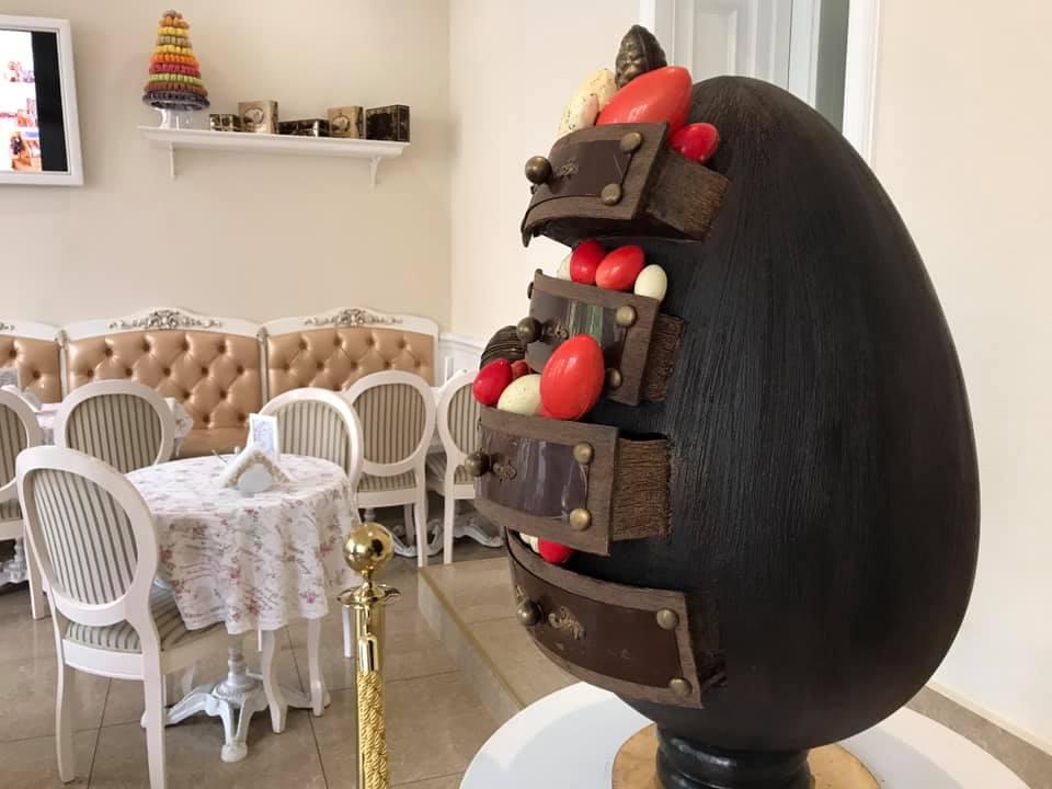 Найбільша: Знаменитий ужгородський кондитер представив велитенську шоколадну писанку-креденц (ФОТО, ВІДЕО), фото-2